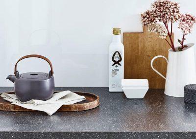 Classic kitchen with an Ice white Alusplash splashback and oriental kitchen accessories