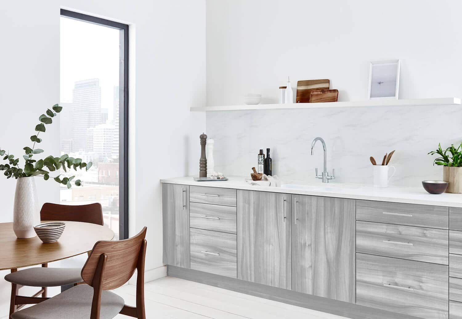Scandi kitchen with a marble looking splashback in White Carrara colour from Alusplash and wooden dining table