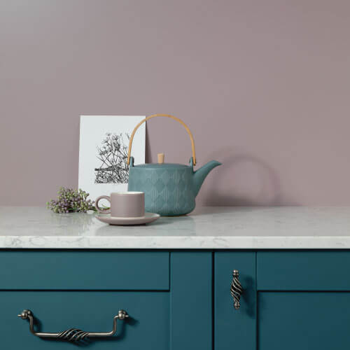 Ocean blue kitchen cabinets paired with a purple matt Alusplash splashback in a frosted flora variation from the Elements Collection and tea cattle with a cup soccer
