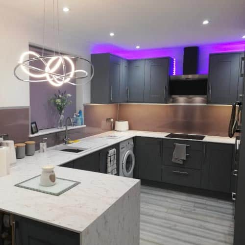 Grey Lavender splashback featured in a homeowner house with granite countertop and dark cabinets, part of Alusplash Testimonials